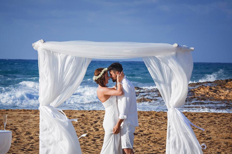 ślub na piaszczystej plaży